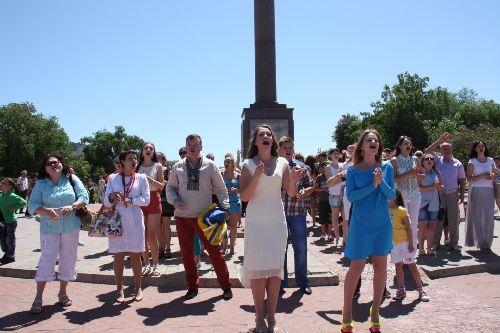 В Северодонецке в едином порыве площадь исполнила «Червону руту»