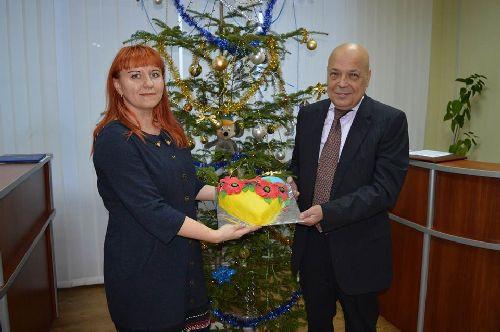Діти спекли губернатору Москалю жовто-блакитний торт